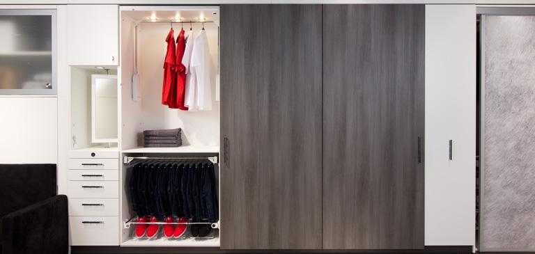 kleiderschr nke mit liftsystem und beleuchteten kleiderstangen h fele. Black Bedroom Furniture Sets. Home Design Ideas
