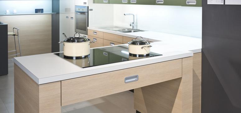 Die Kochinsel Steht Im Zentrum Der Familienküche.