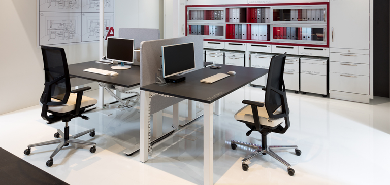 The group of tables with partition walls creates productive working areas