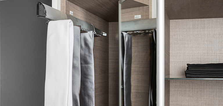 The pull-out holder gives you an exquisite insight
