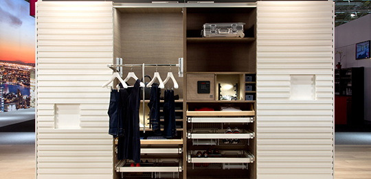 The clothes lift brings the wardrobe to a comfortable height.