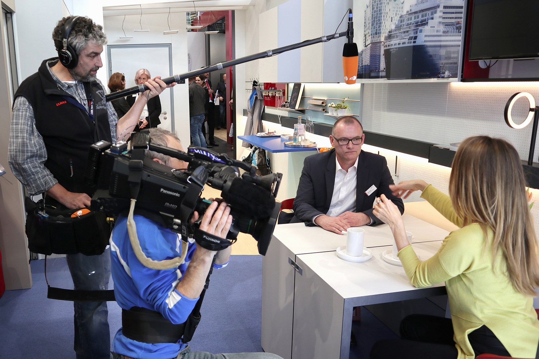 As seen on TV – the MicroApart 20/30 by Häfele. Patricia Schäfer, presenter of the German TV station ZDF's morning news show, is seen interviewing Ralf Biehl from Häfele brand communications.