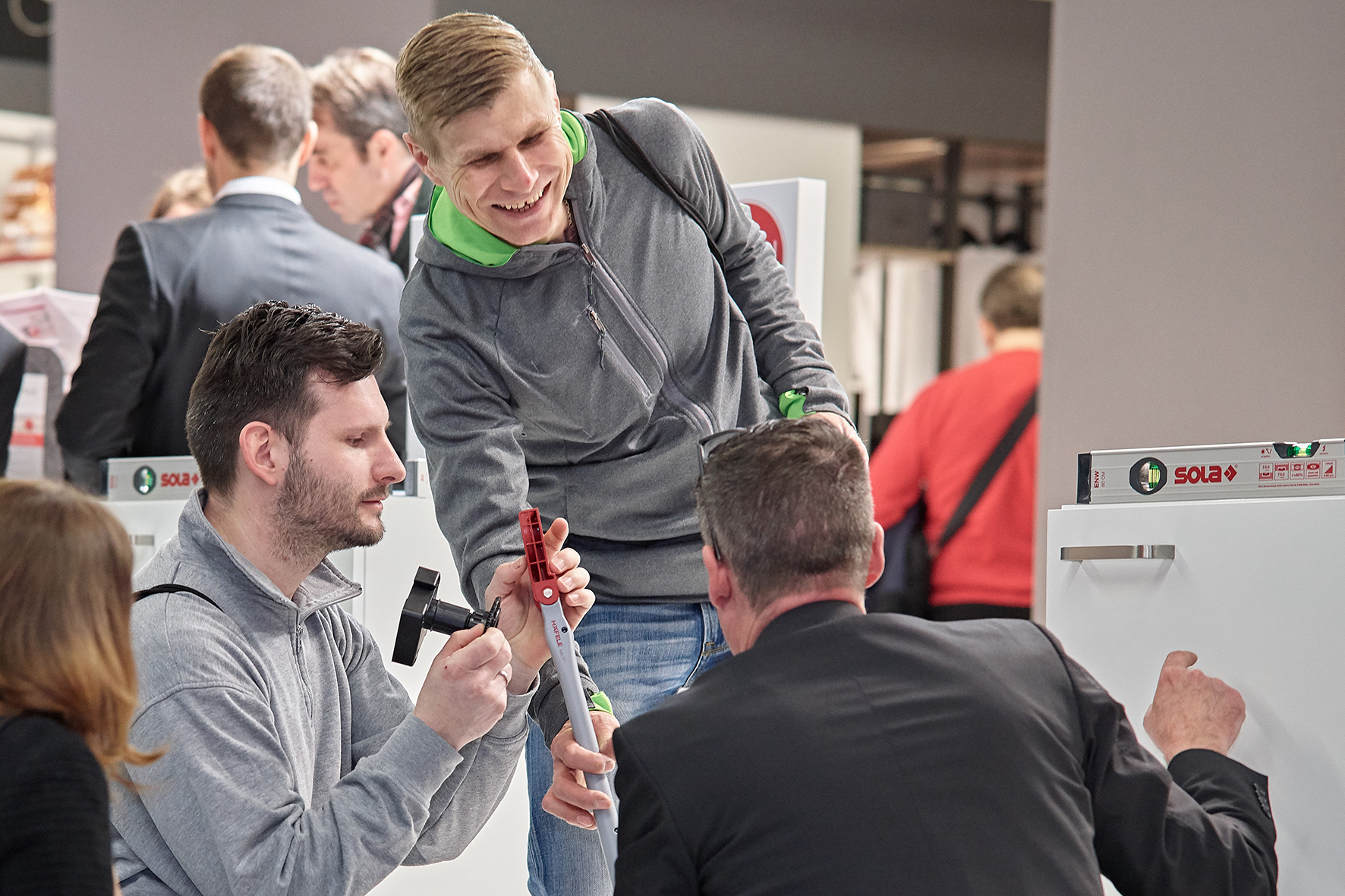 Intense activity at the live presentations in the Axilo arena at the Häfele trade fair booth at the Holz-Handwerk. The new plinth adjusting fitting system with an installation time saving of up to 50% has passed the endurance test.