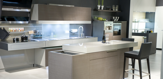 The worktop of the kitchen island can be moved to the side by remote control.