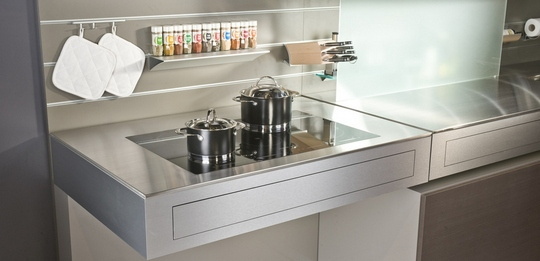 The recessed wall profiles accommodate everything from the worktop with various holders and hooks.