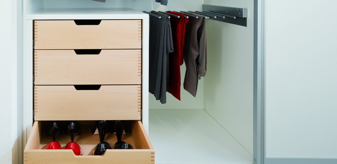 A combination of drawers and a holder for trousers makes optimum use of the available space.